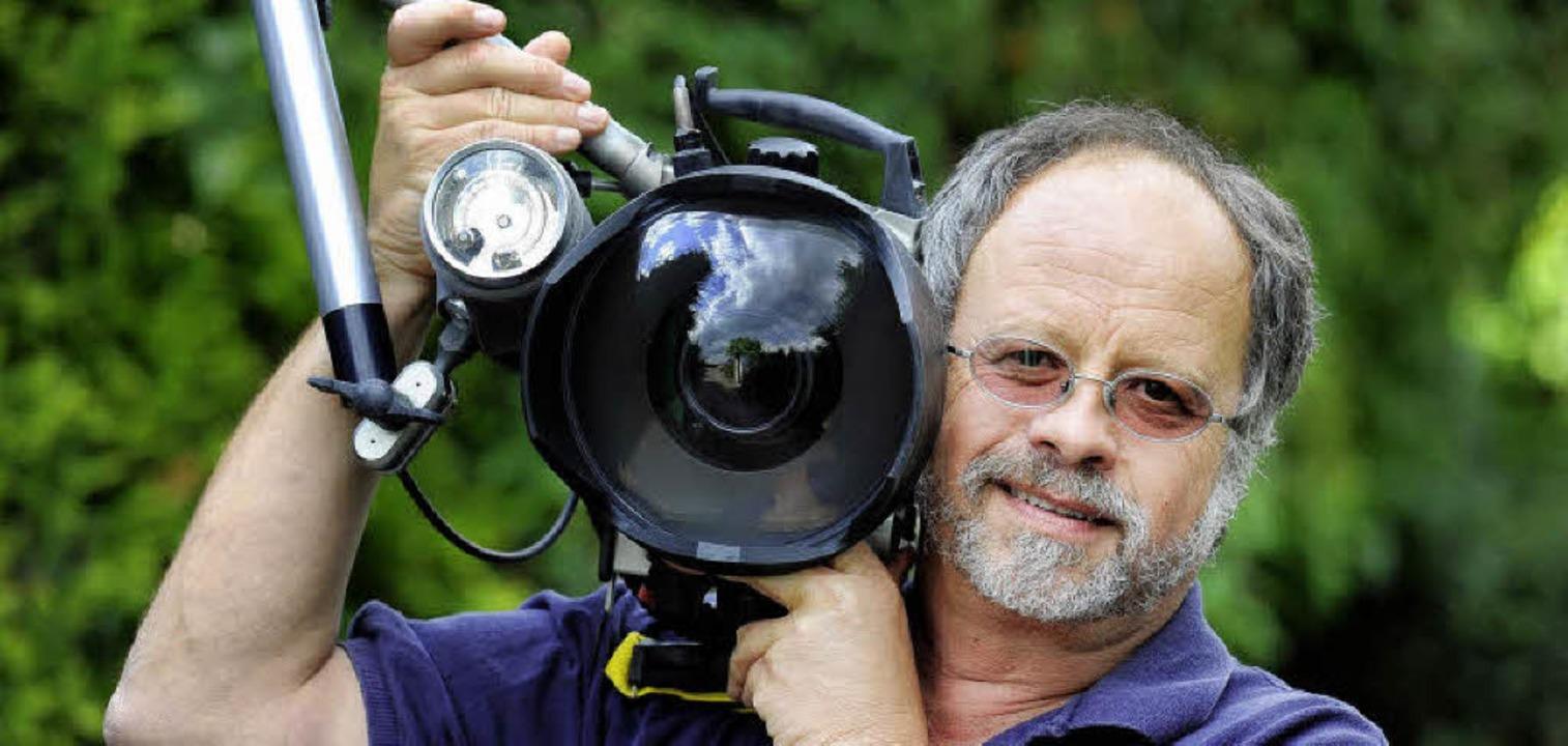 Paul Munzinger posiert mit seinem Arbe... ausnahmsweise mal auf dem Trockenen.   | Foto: Ingo Schneider