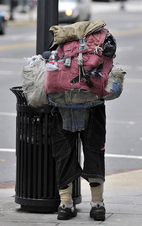 Die andere Seite: ein Obdachloser auf der Suche nach Brauch- und Essbarem  | Foto: usage worldwide, Verwendung weltweit