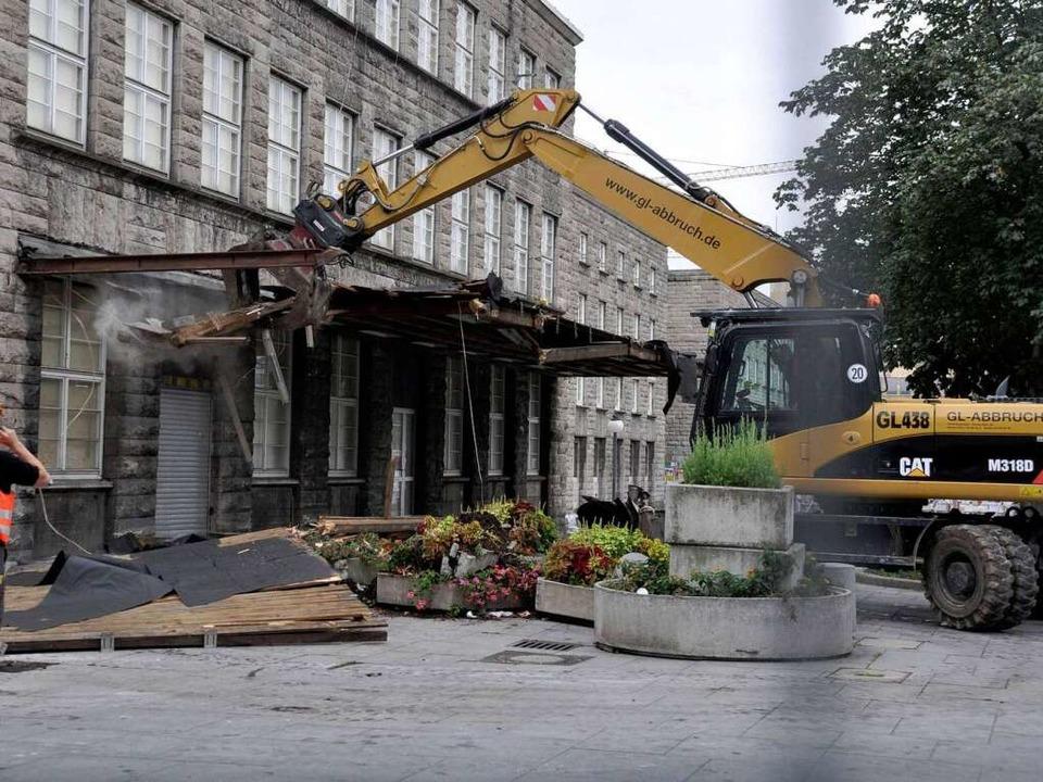 Am Freitag wurde am Stuttgarter Hauptb...t dem Abriss des Nordflügels begonnen.  | Foto: ddp