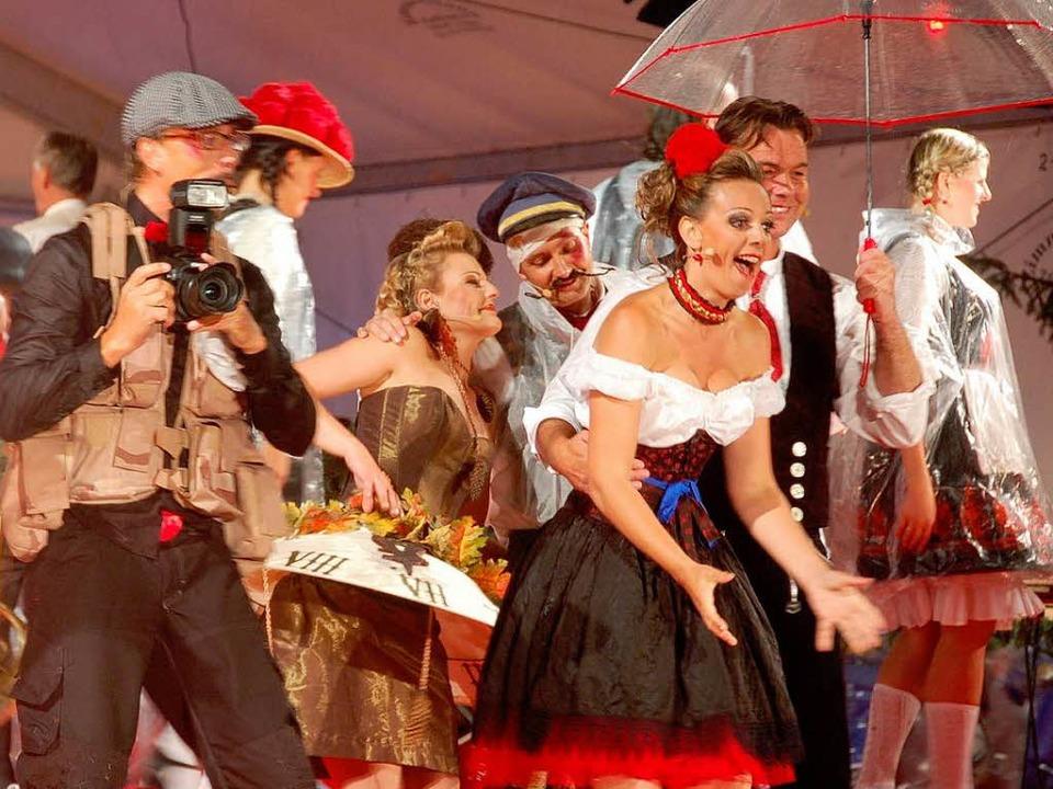 Bärbele hat endlich ihren Hans! Kathri...ks Hansy Vogt als Reporter Schmusheim.  | Foto: peter stellmach