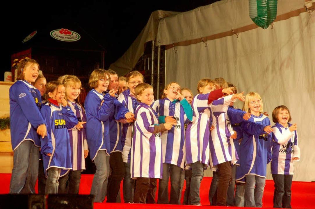 Die Kinder in ihren Trikots machen begeistert mit.  | Foto: peter stellmach