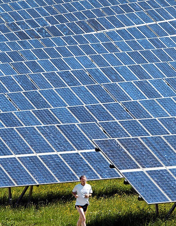Jogger vor riesiger Solaranlage im Allgäu   | Foto: dpa