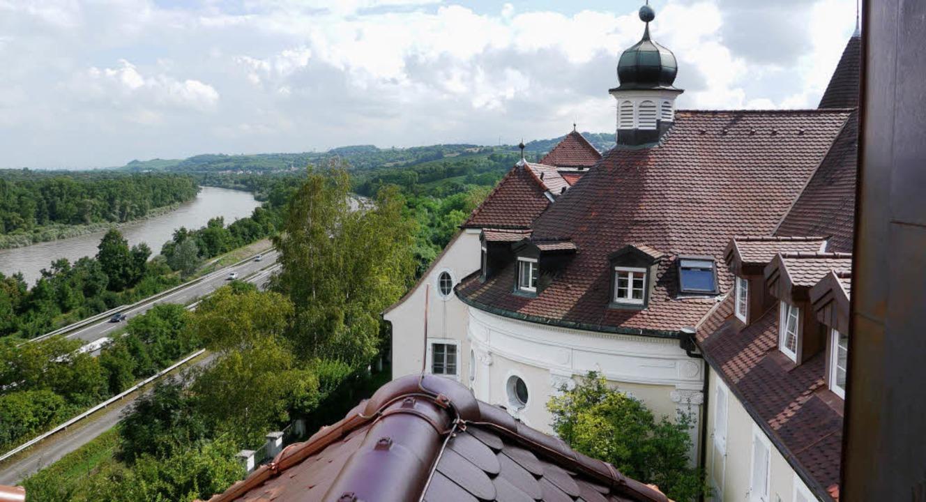 Nicht nur Autos: Der Blick aus Schloss...cht weit ins Land und über den Rhein.   | Foto: katharina meyer
