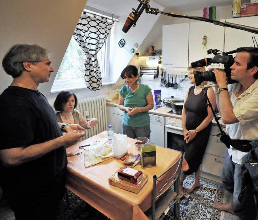 Beim Kochen mit dem SWR-Filmteam (von ..., Ilona Pröbstle und Maryam Esfahani.     Foto: michael bamberger