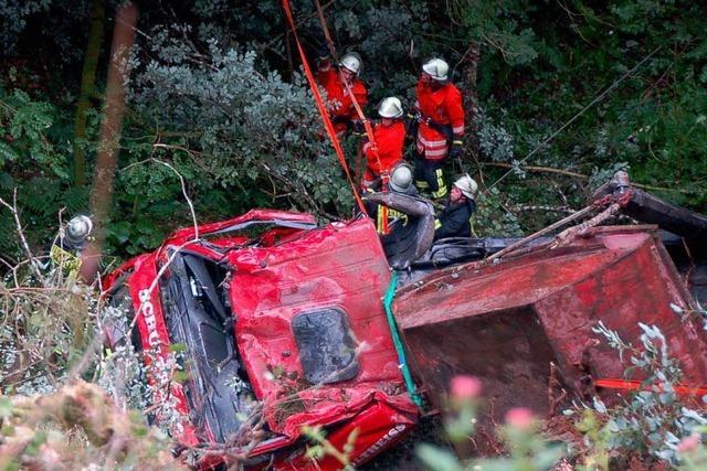 Schwarzasperre: Lastwagen stürzt in die Tiefe – Fahrer stirbt