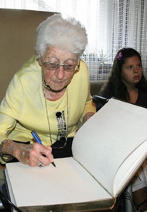 Erika Succolowsky feierte im Kreis ihr... Goldene Buch der Gemeinde March ein.   | Foto: michael saurer