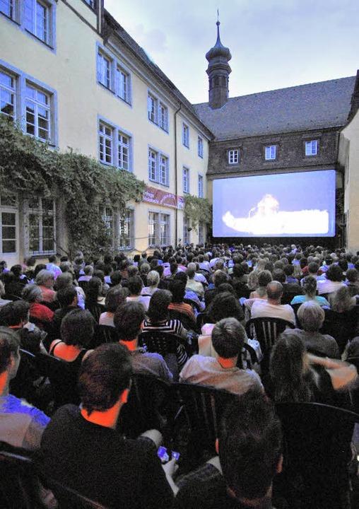 Möglichst früh kommen und möglichst vi...t der Witz am Sommernachts-Kinoabend.   | Foto: michael Bamberger
