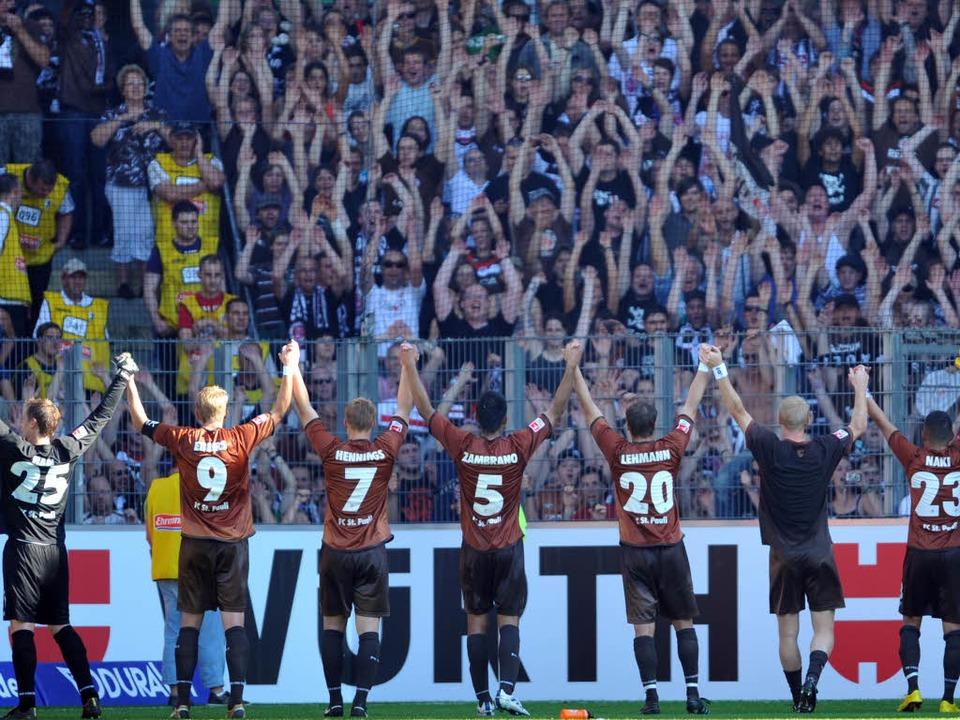 Gerne in Freiburg: Fans aus St. Pauli.  | Foto: dpa