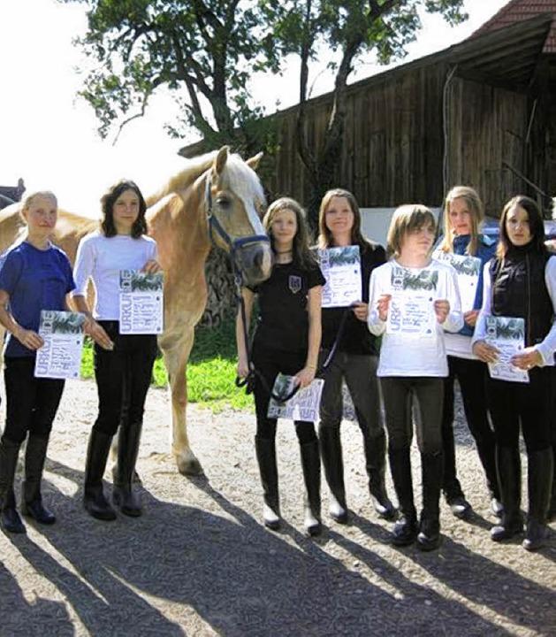 Alle sieben jungen Reiter bestanden ih...ungen zum großen und kleinen Hufeisen.  | Foto: Verein