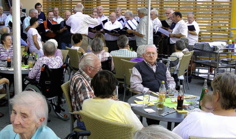 Beim Sommerfest des Pflegeheims und de...inem Auftritt im Hof des Pflegeheims.   | Foto: mario schöneberg