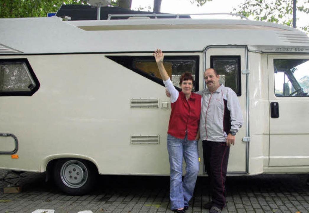 Familie Nies vor ihrem Wohnmobil  | Foto: Christian Nick