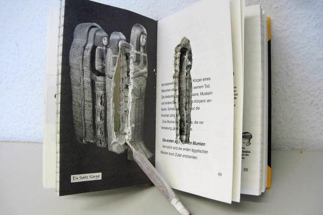 Jugendliche verstecken Joint in Buch über Mumien