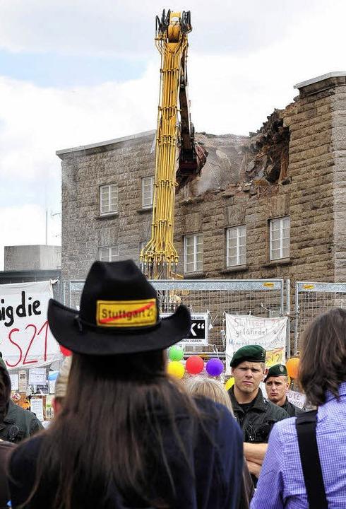 Fakten schaffen unter Polizeischutz:  ...ördlichen Stuttgarter Bahnhofsflügels   | Foto: dpa
