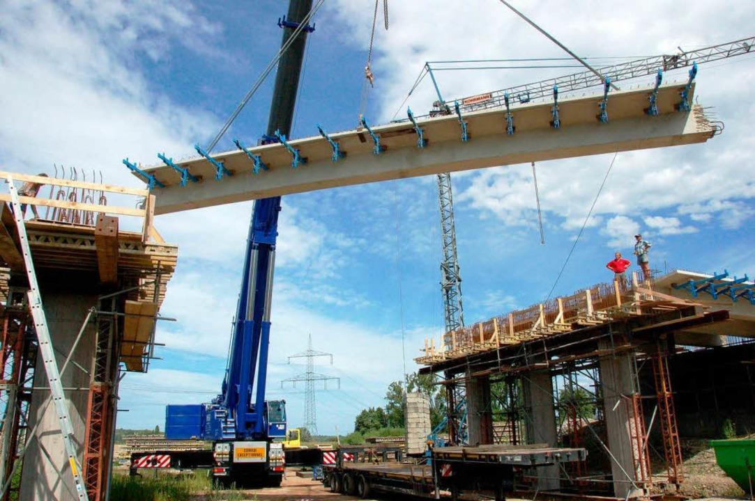 Da schwebt sie ein, die 25-Tonnen-Last...der vier Brückenfelder verlegt werden.  | Foto: Manfred Frietsch