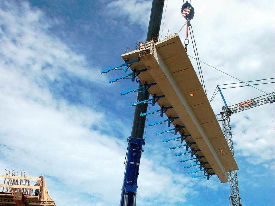 Hoch in der Luft schweben25 Tonnen Spannbeton  | Foto: Manfred Frietsch