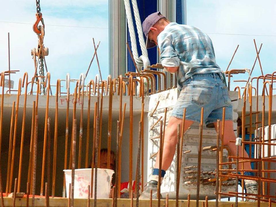 Das gibt noch Arbeit: Jede Menge Beweh...u des Unterbaus der Fahrbahn mit Beton  | Foto: Manfred Frietsch