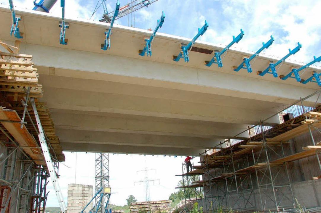 Jeweils fünf nebeneinander verlegte Br...der Fahrbahn der künftigen B 31-Brücke  | Foto: Manfred Frietsch