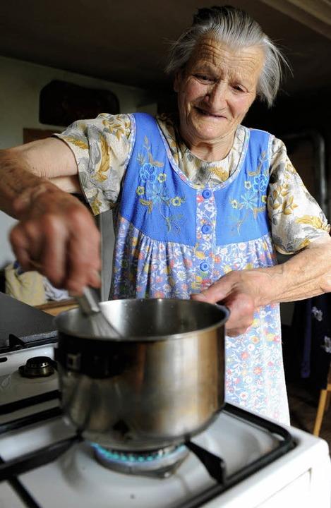 Zuständig fürs Mittagessen: Oma Heidi kocht Reis, Fleisch und Gemüse für alle.    Foto: Marcel Burkhardt
