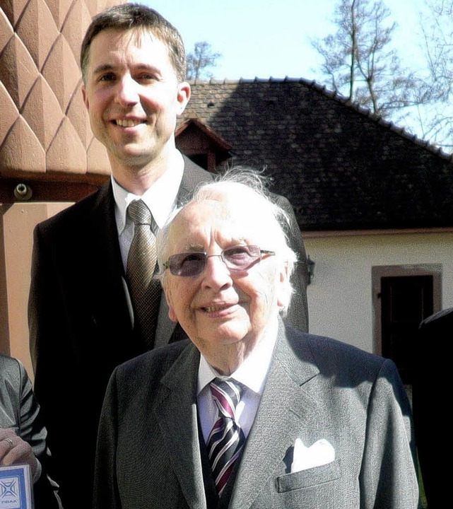 Ingo Dittrich (hinten) mit dem Stifter...enburger Unternehmern Georg Dietrich.   | Foto: Hochschule Offenburg