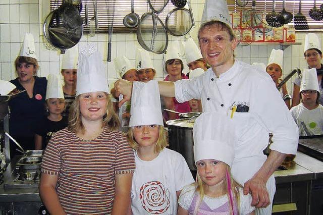 Junge Köche wuseln durch die Gasthaus-Küche