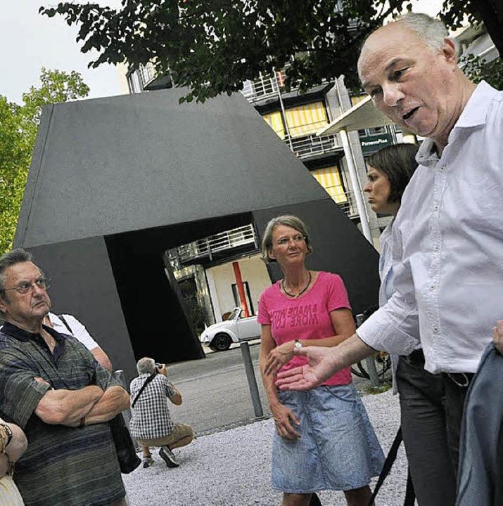 Klaus Stein (rechts) führte kurzweilig ; hier an der Pyramide.    Foto: Barbara Ruda