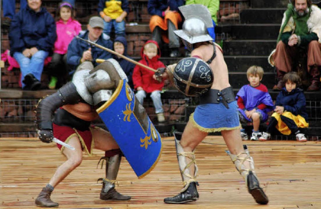 Gladiatoren aus Mailand kämpften im vollbesetzten Theater gegeneinander.   | Foto: Thomas Loisl Mink