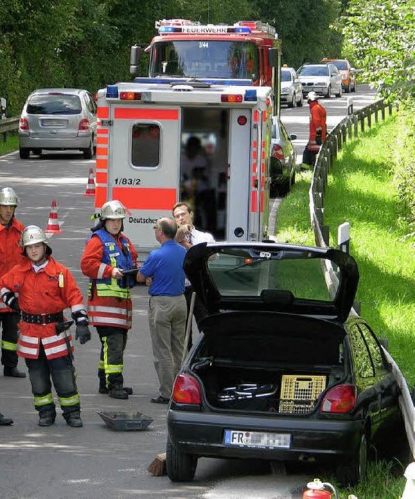 Nach der Autobahnbrücke kam das sich  ...urde zur Bergung halbseitig gesperrt.   | Foto: feuerwehr