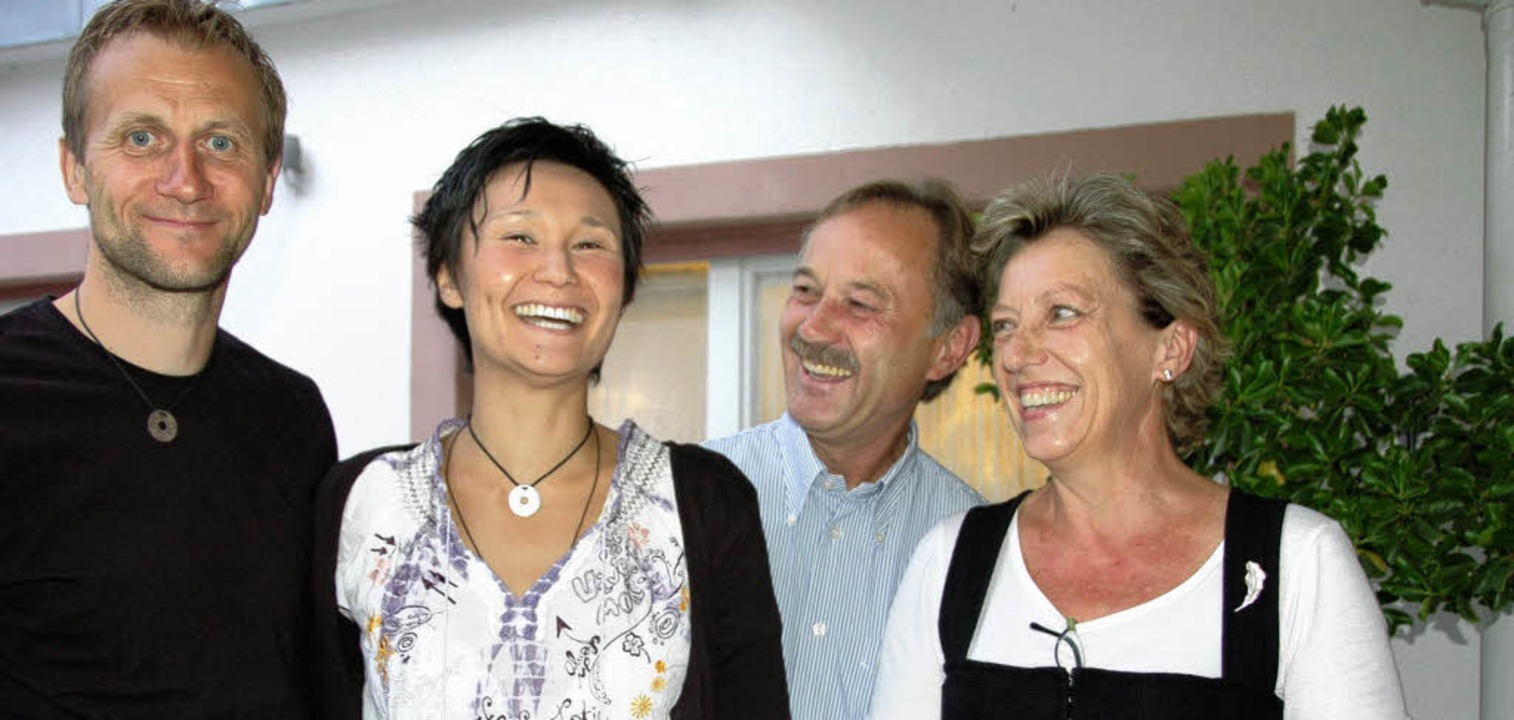 Steffen und Simone Hauswald mit den &#...-Wirtsleuten Walter und Andrea Scharf     Foto: Sigrid Umiger
