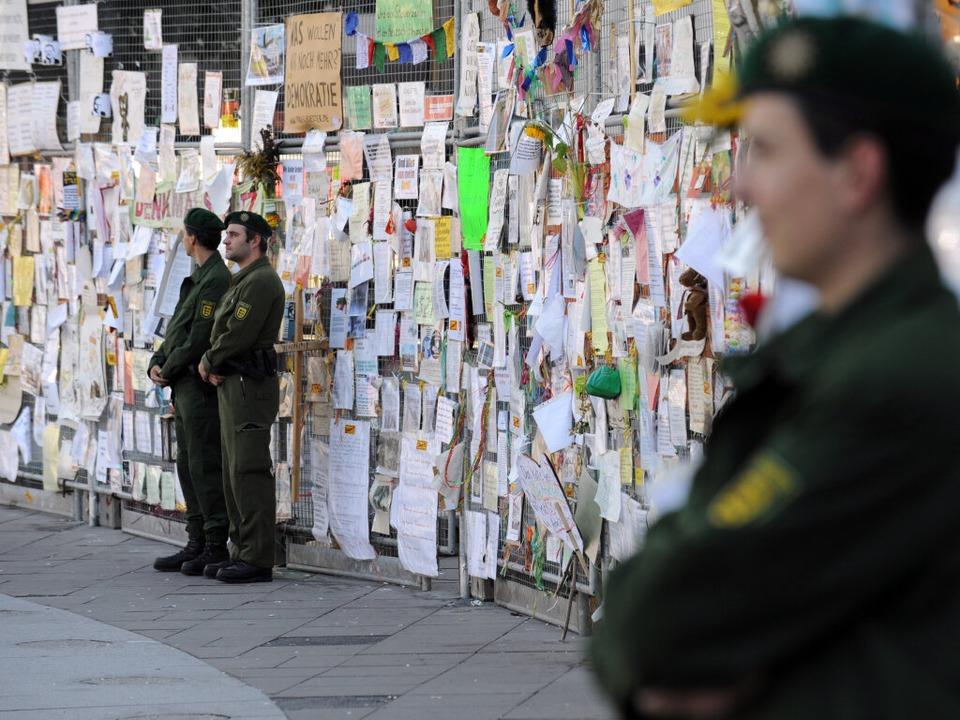 Polizisten bewachen den Bauzaun vor dem Nordflügel des Hauptbahnhofs.  | Foto: dpa