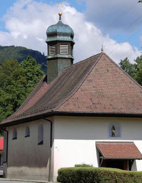 Die Kapelle in Schönenbuchen, ein gesc...uhe am Rande der viel befahrenen B317.  | Foto: Hermann Jacob