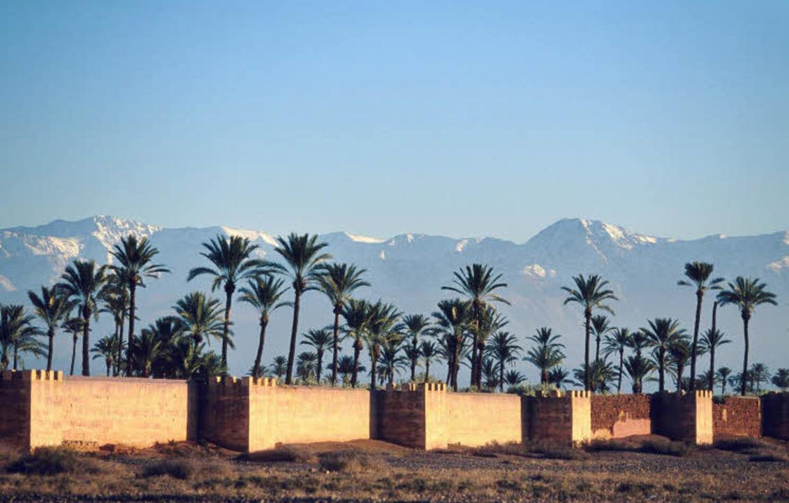 Kontrastreich: Marrakesch, die ehemali...d die weißen Gipfel des Atlasgebirges.  | Foto: Fremdenverkehrsamt