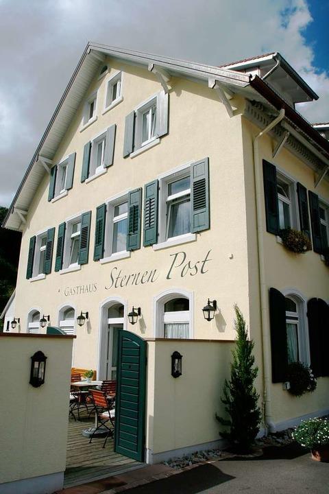 "Blickfang in der Ortsmitte: Die ""Sternen Post"" in Oberried.  | Foto: pam"