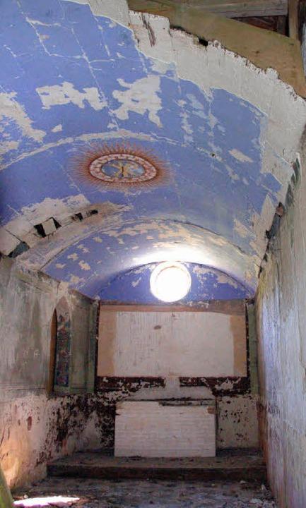 Der Zerfall hat im Inneren der Kapelle Bad Boll bereits begonnen.   | Foto: böss