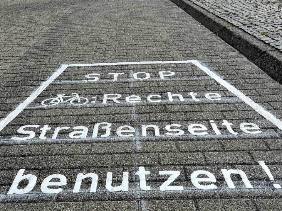 Mit neuen Warnhinweisen will Freiburg Geisterradler zum Umlenken bewegen.  | Foto: Michael Bamberger