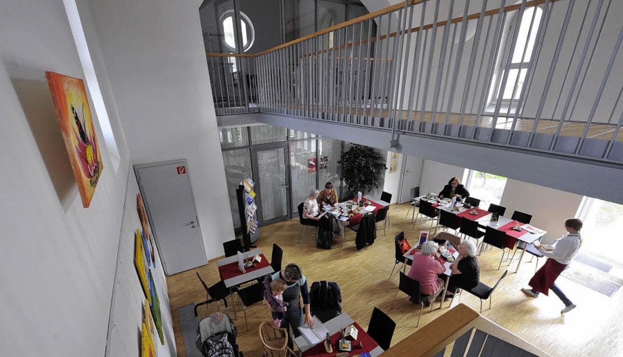Lichtdurchflutet präsentiert sich das Café im Inneren der ehemaligen Kapelle.   | Foto: Michael Bamberger
