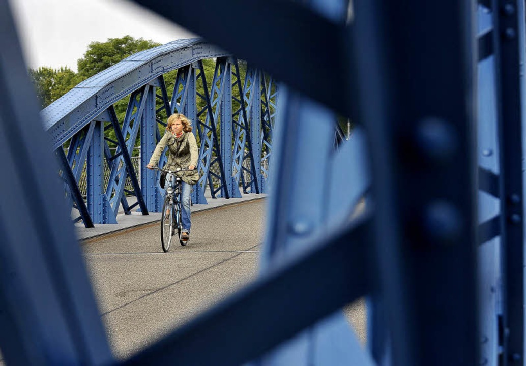 Über die Wiwili-Brücke zu radeln, ist ein Stück Freiburger Lebensqualität.   | Foto: Michael Bamberger