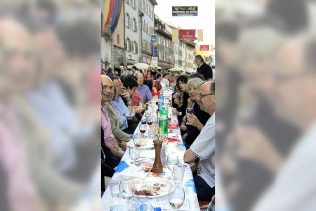 Längster Tisch Rheinfeldens ist reich gedeckt