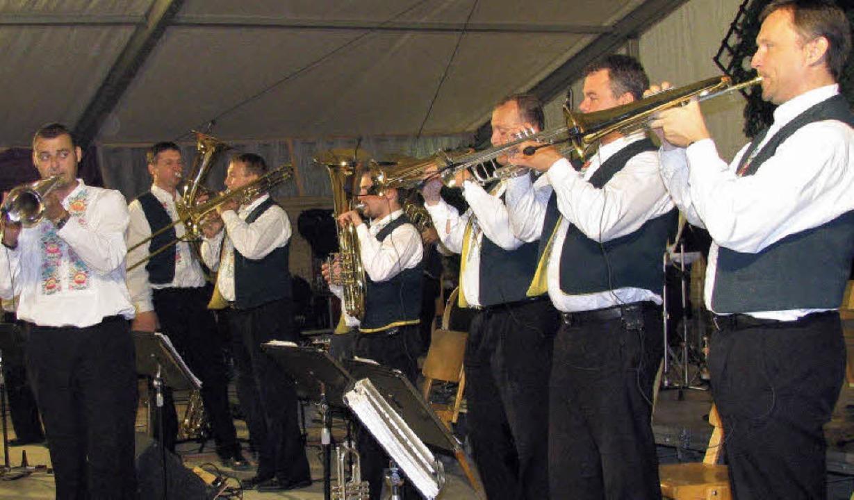Blasmusik vom Feinsten boten Vlado Kum...um der Schwarzwaldkapelle Münstertal.   | Foto: Manfred Lange