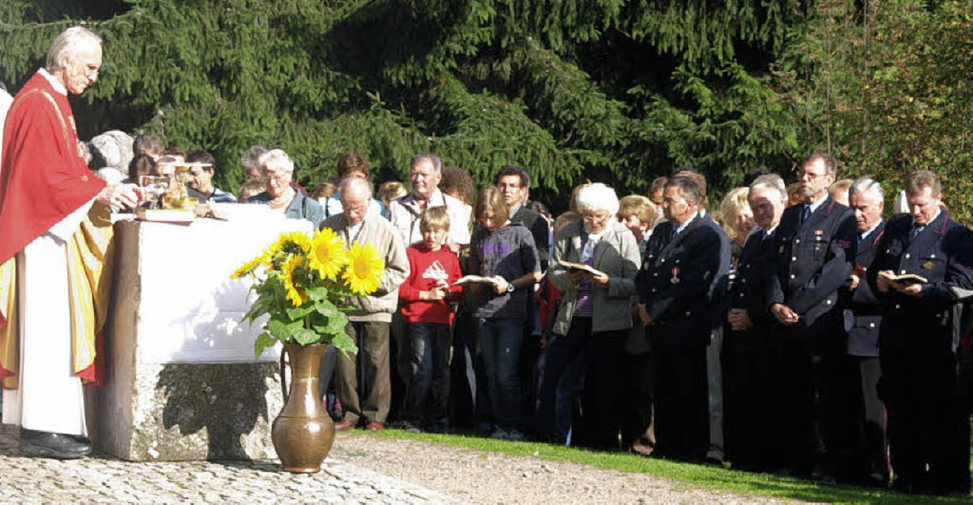 Pfarrer Hans Moser hielt den Festgotte...teiligung der Trachtenkapelle Hogschür  | Foto: Karin Stöckl-Steinebrunner