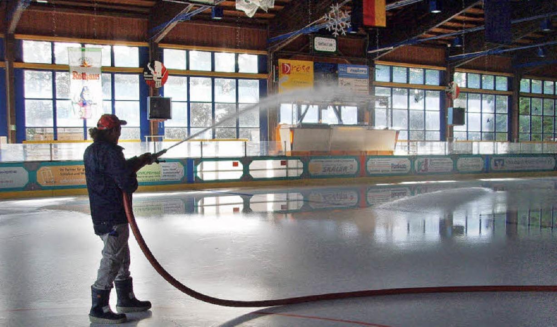 150 000 Liter Wasser müssen gefrieren,...ten Sportler der Saison befahrbar ist.    Foto: Christin Keller