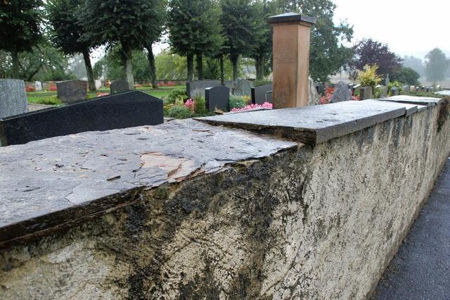 Die Friedhofsmauer bricht weg