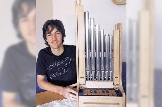 Kleines Kunstwerk mit zwölf Pfeifen