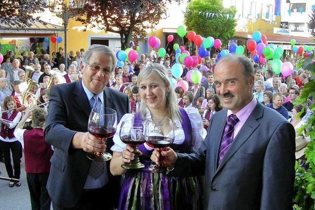Böllerschüsse und Luftballons zum Weinfestauftakt