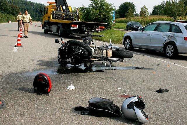 Zwei Motorradfahrer auf B 3 schwer verletzt