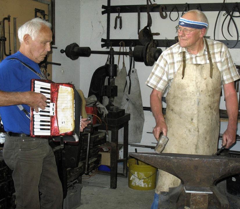 Fetzige Ambosspolka als besondere Gaud...rdeon und Franz Schitterer am Amboss.   | Foto: Ingrid Arndt