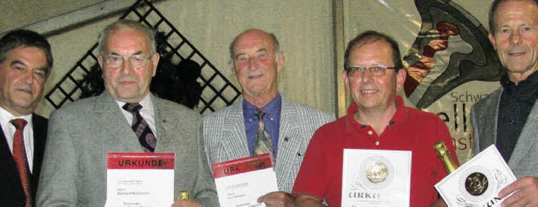 Bernhard Metzger vom Markgräfler Musik...Josef Wiesler (50 Jahre) (von links).   | Foto: Lange