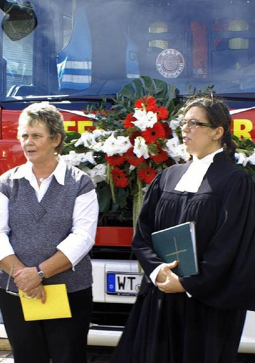 Natalie Wiesner (rechts) und  Monika Caronna segneten die Fahrzeuge.    Foto: Werner Probst