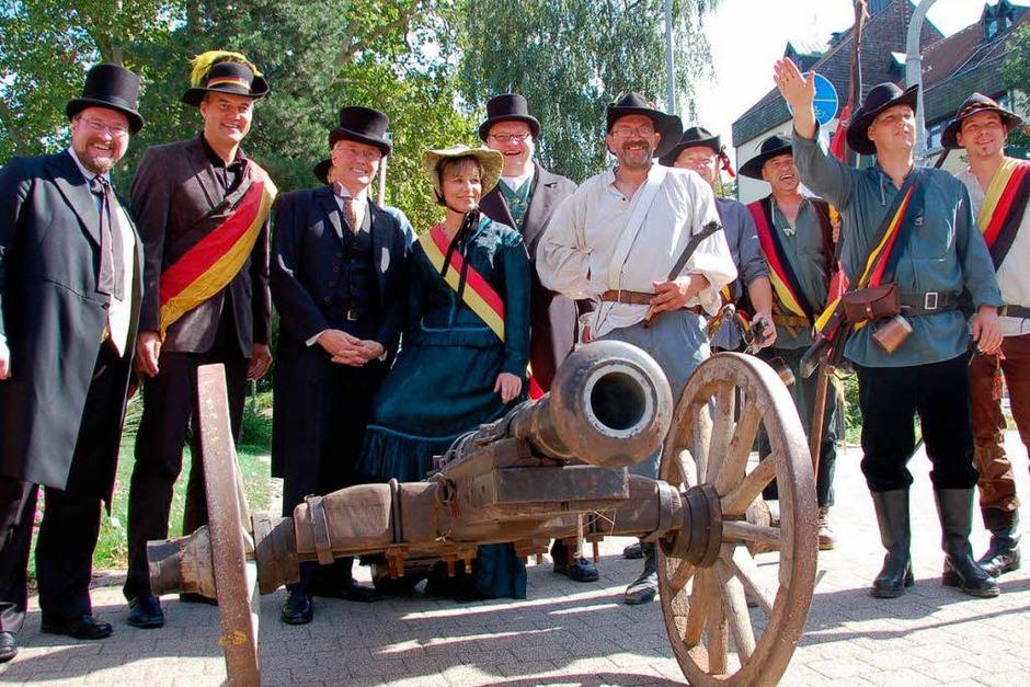 Die Stadtoberhäupter mit der Kanone als Symbol dafür, dass Freiheit auch blutig erkämpft werden musste. (Foto: Ralf Burgmaier)