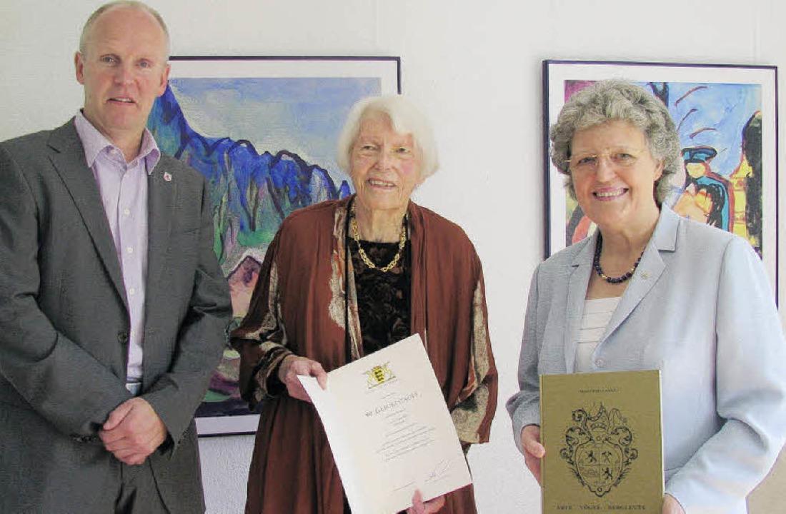 Bürgermeister Ahlers und Sieglinde Lan...ertal, gratulieren Ingrid Roth zum 90.    Foto: m. Lange