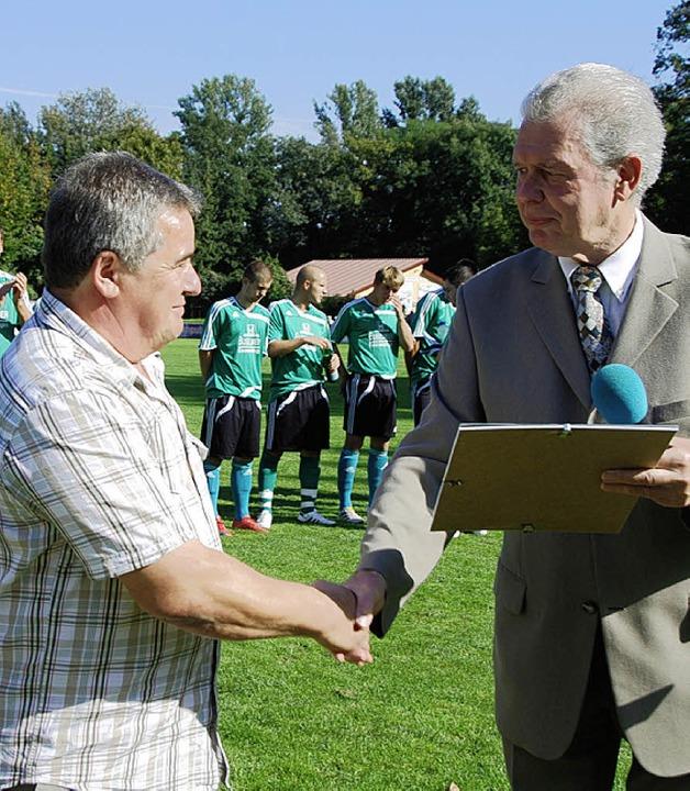 DFB-Ehrenamtsbeauftragter Walter Meyer... Eckard Sillmann für sein Engagement .    Foto: Roland Vitt